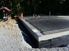 """Výstavba doprovodné infrastruktury NS Mionší, dřevostavba, lepený profil (DUO) – jedle, konstrukce krovu – masivní hambalek, střešní plášť – šindel, soklová část – obklad kamenem z místní vodoteče, izolace základového prahu """"pěnosklem"""